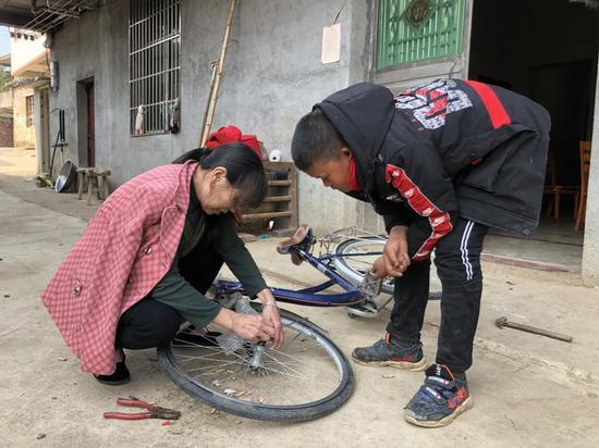 哥哥范小勇最近喜欢上了一辆自行车。新京报记者曾金秋摄