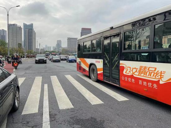 庐山南大道车流密集,但没有出现严重拥堵