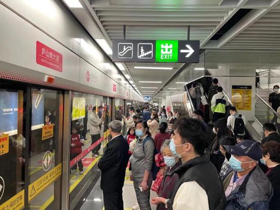 清明节天气不错,选择公共交通出行的人比往年更多