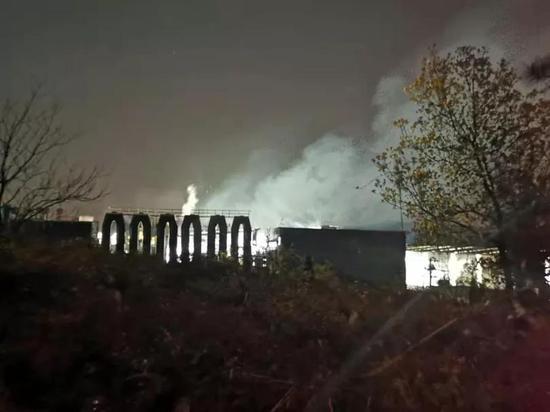 晨飞铜业夜间生产时整个厂区烟雾弥漫