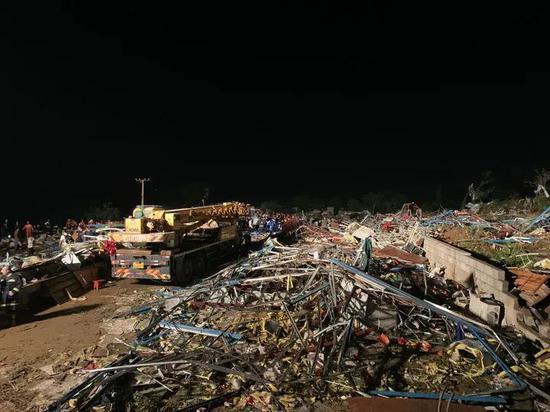 5月15日,武汉消防救援支队的队员在武汉市蔡甸区一处被龙卷风刮倒的厂房内搜救。新华社记者 熊琦 摄