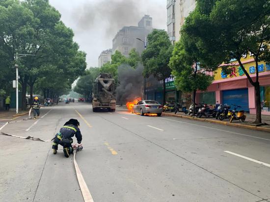 惊险!九江青年路一汽车行驶中自燃 旁边就是居民区