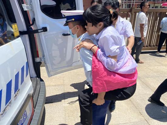 高考考场外家长中暑晕倒!小伙一把背起跑向救护车…