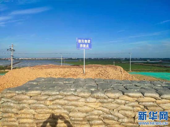 施工现场堆放的防汛物资,以应对汛期突发情况。新华网发