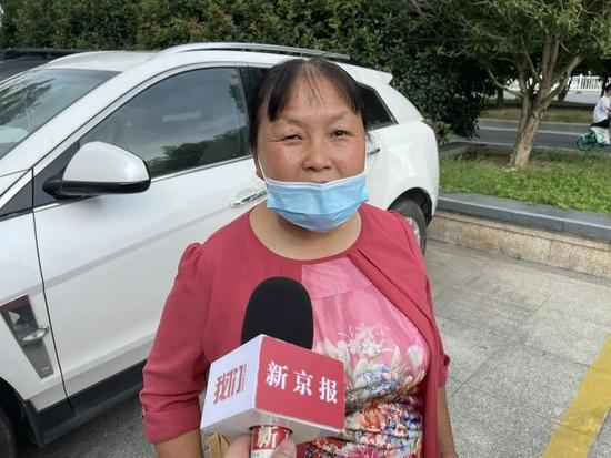 9月9日上午,被害人陆中明家属朱大红走出法院。新京报记者 李阳 摄