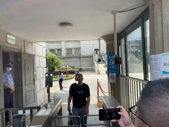 9月9日庭审结束后,劳荣枝二哥劳声桥走出法院。新京报记者 左琳 摄