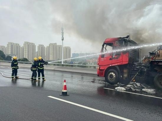 火焰高达4米多!南昌一高架上货车突发大火