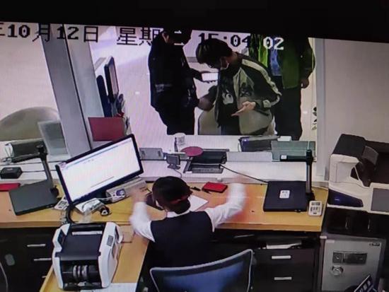 多人在银行办卡 被江西警方现场带走
