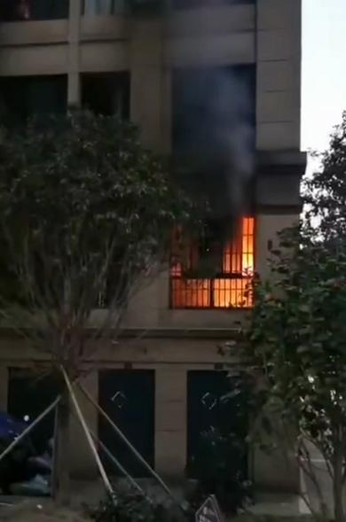 宜黄县水北上上城一民房起火 消防员切割大门扑救