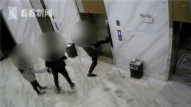 两男子喝醉酒未赶上电梯 一怒之下竟干出这事