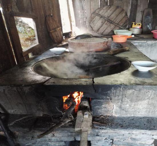 伸手不见五指的黑夜和烧柴火的厨房图片