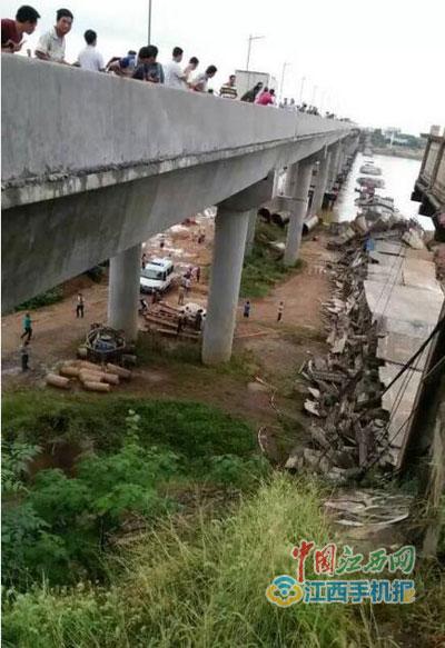 江西省泰和中学图片-泰和县一桥梁施工过程中坍塌 现场有车辆被压 图