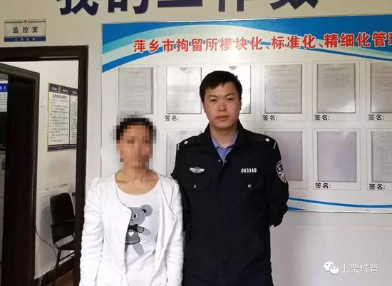 被拘留人员陈某某(左)