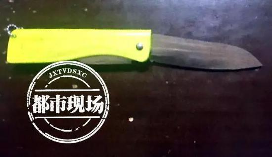经过调查,胡某带的水果刀并不属于管制刀具,考虑到胡某并没有伤人,也得到了报警人的谅解,目前,他已被家人带走。