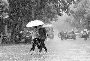 南昌雨水逗留 多得几日清凉 提醒:市民带好雨具