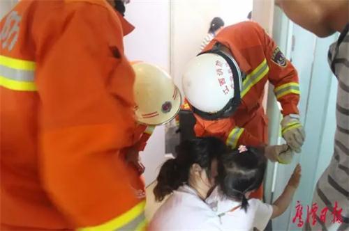 消防官兵用尖嘴钳将小女孩的手指抽出
