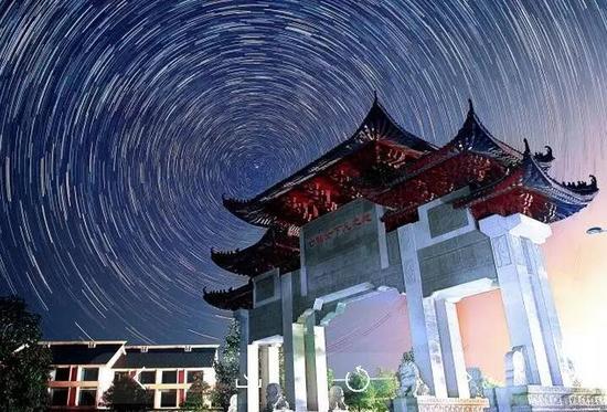 仙女湖码头的舞台可以容纳1500名人员和央视演播大厅的舞美是差不多的,跟中央电视台的春节联欢晚会的档次和要求相近。