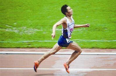 8月18日,江西选手彭建华在男子跑游两项全能之二10000米比赛中。 新华社记者 刘 潇摄