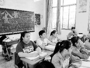 周欣雨(左)正在上课