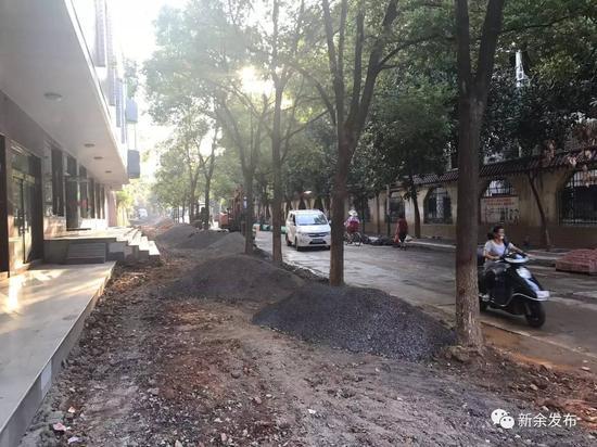 现场环境:施工原料随便堆放在道路上,对行人和车辆通行造成未便。施工材料无任何笼罩,作业区没有围挡。