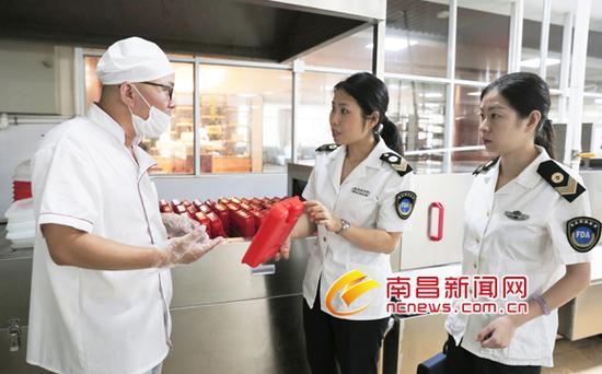 执法人员对南昌师范附属实验小学(玉泉岛校区)食堂的餐具消毒情况进行检查