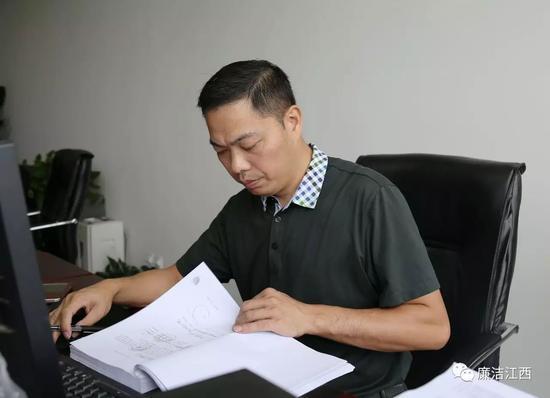 全国纪检监察系统先进工作者、萍乡市纪委第三纪检监察室副主任李锦辉