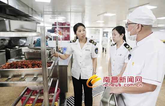 执法人员在南昌师范附属实验小学(玉泉岛校区)进行食品安全检查