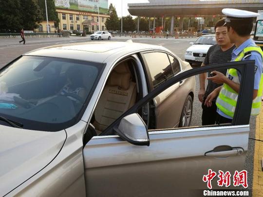 图为民警准备驾驶女子的车辆将其送回家。魏文欣 摄