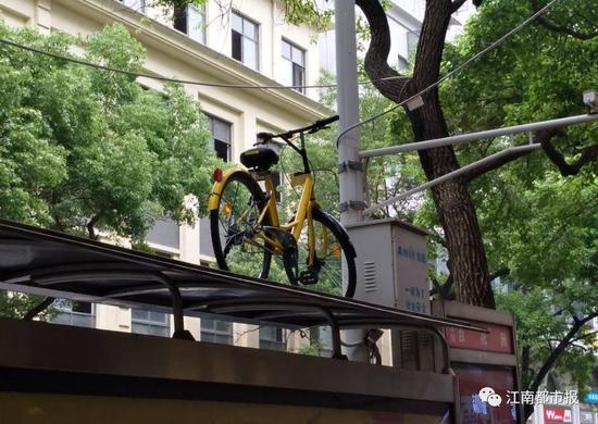 同时针对共享单车违停现象突出的问题,要加强整治,约谈相关企业,研究制定共享单车停放管理规定。