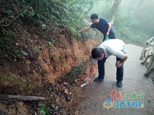 游客在景区积极捡拾垃圾