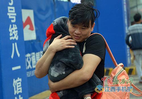 一男子把怀里孩子包裹得严严实实图/江南都市报全媒体记者许南平