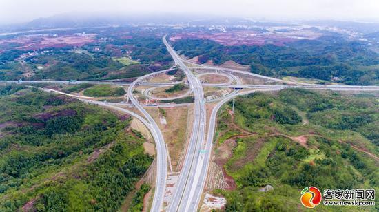 图为兴赣高速赣县东枢纽互通。