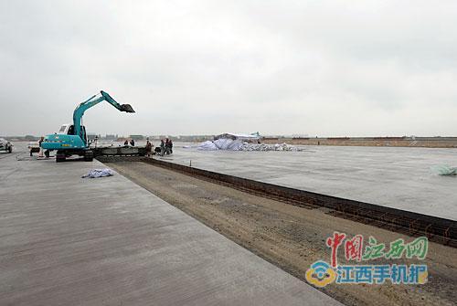 瑶湖机场正在加紧浇筑剩余跑道