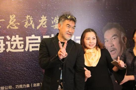 香港著名动作影星梁家仁老师与粉丝合影