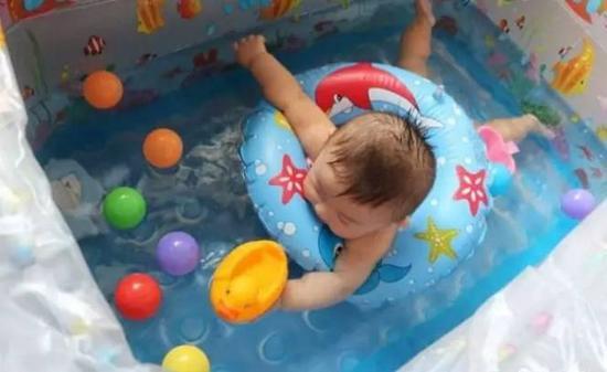 2个月大婴儿在上饶一母婴店游泳昏迷 店家怪孩子