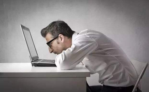 后背痛、眼睛干、睡眠差 每天看屏幕别超两小时
