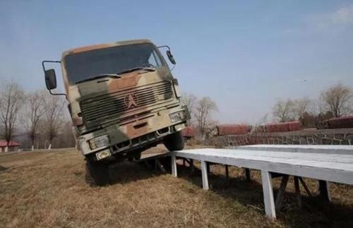 6吨重运输车玩漂移 军中王牌老司机是怎样炼成的?