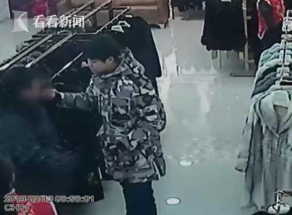 女子偷万元貂皮大衣不会扣扣子 回店咨询被逮住