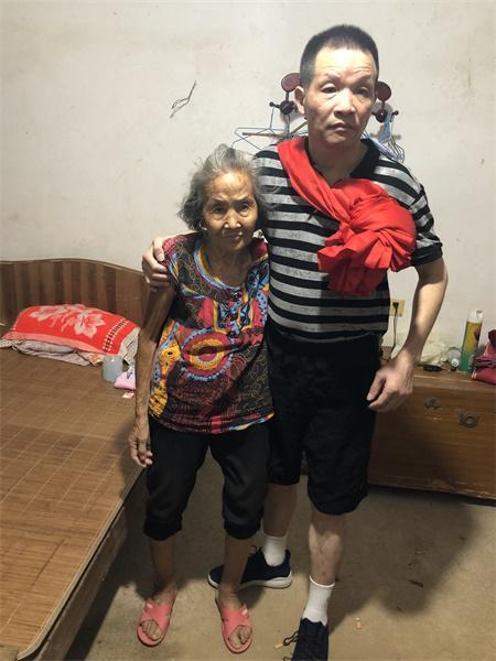 张玉环与母亲张炳莲在一起。澎湃新闻资深记者卫佳铭图