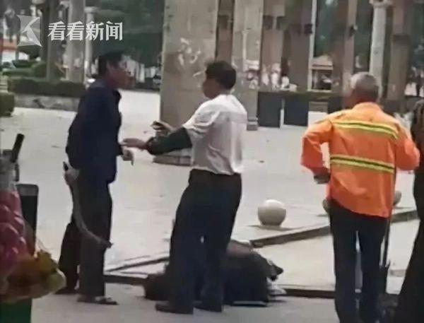 男子当街殴打一名抱小孩女子 警方:系家庭矛盾引起