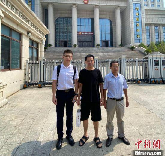 9月2日上午,张玉环在其国家赔偿案代理律师程广鑫(左一)、罗金寿(右一)的陪同下,向江西省高级人民法院提交了国家赔偿申请书。 程广鑫 供图