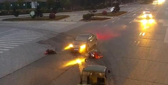 抚州街头突发!一电动车主被腾空撞飞十多米远