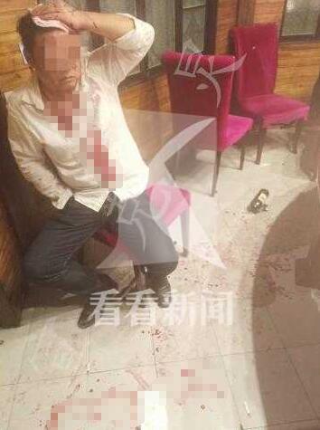为吃饭打折男子与店员争吵后 被隔壁食客砸破头