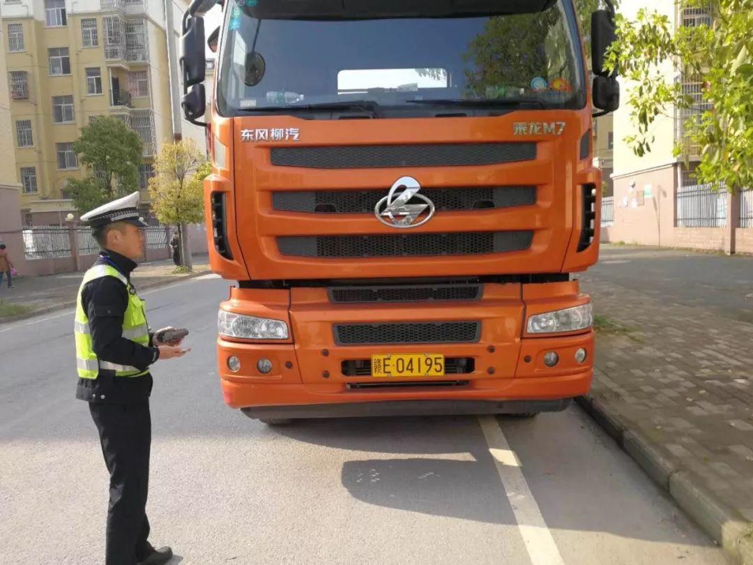 上饶铅山一大货车违停被处理 司机辱骂威胁警察