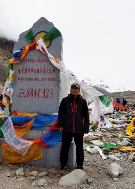 (清行汽车CEO张华坤与海拔8844.43米纪念碑)