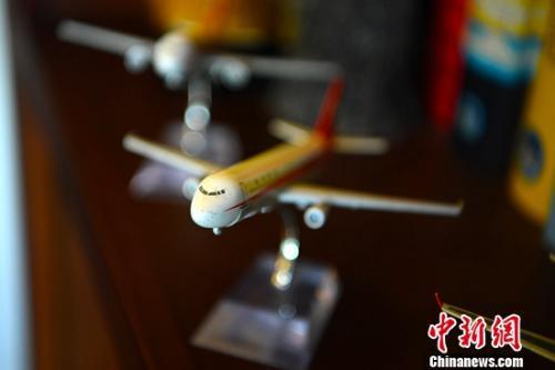 图为刘传健在家中摆放不少飞机模型。陈超 摄