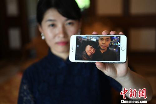 图为妻子邹函展示生活照。陈超 摄