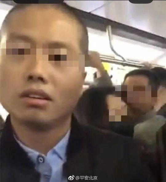 男子地铁纠缠女乘客并假装是情侣 警方:系精神病