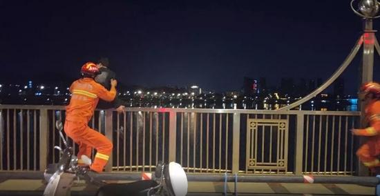 江西一男孩想跳桥被消防员一把拽回!2天后找上门…