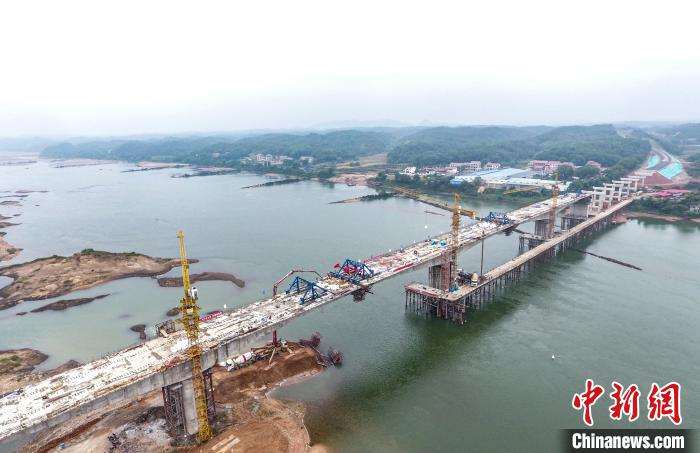 10月18日,江西省万安县百嘉赣江大桥合龙。 刘创辉 摄